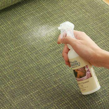 布製のソファは、中性洗剤や専用の洗剤で汚れを落としていきます。専用の洗剤はスプレーするタイプがお手軽です。スプレー後はタオルでふき取ります。