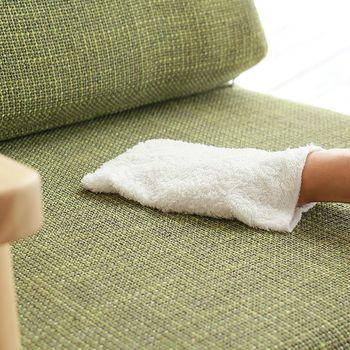 中性洗剤を使う場合は、お湯に溶かして使用します。タオルを濡らし、硬く絞ったら生地の目に沿って拭いていきましょう。仕上げ拭きも忘れずに。