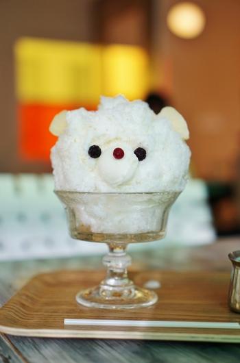 まあるいお顔が愛らしい、看板メニューの「SANDECO COFFEE 的 白熊」。鼻部分はcainoyaのジェラート「トレラッテ」を使用し、シロップは王道シロップ(練乳)orと大人シロップ(チャイ風味の練乳)からセレクトできますよ。