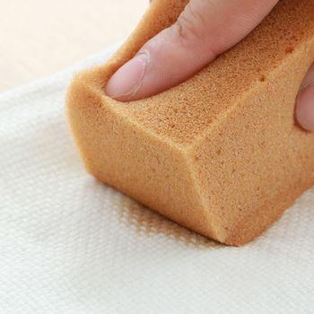 タオルやスポンジにクリーナーを含ませたら、ソファの内側から当て布をして、擦らないように落としていきます。裏の当て布に汚れを移す感覚できれいにしましょう。