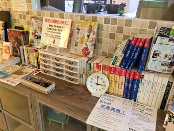 """""""数学カフェ""""でもあるので、関連本がずらりと並び、数学の問題も用意されているので、白くまを待つ間も楽しめる遊び心溢れるユニークなお店です。"""