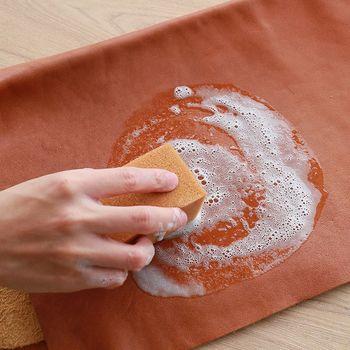 汚れを落とす洗剤は、少し泡立ちます。専用のスポンジで落としましょう。仕上げにタオルで拭いて、汚れと洗剤を落とします。