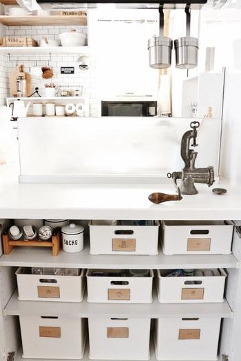 洗面所下にニトリのインボックスを用途ごとに並べて。 かっちりした形で無駄なスペースができず、高さごとに入れるものを分けられるのが魅力です。 ラベルを貼ればオシャレさとオリジナル感が出て、お気に入りのスペースになりそう。