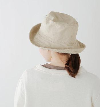 「HAT attack(ハットアタック)」が手がけるコットンハットは、紫外線を約98%カットしてくれるUVコットン素材で、夏の日差しが気になる方にもおすすめです。かぶる人を選ばないシンプルなシルエットで、ツバの折り返しが自由にできるので、自分好みの形でかぶることができます。