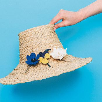 帽子やストールなど小物のアクセントとして活躍するコサージュは、表情豊かで生花のような本格的な仕上がり。接着剤を溶かした液で布を加工してから作ることで独特の風合いが出るそう。アネモネやパンジー、クチナシなど、バリエーション豊かなお花のモチーフが6種類ラインナップされています。 (目安時間:1セット約2時間)