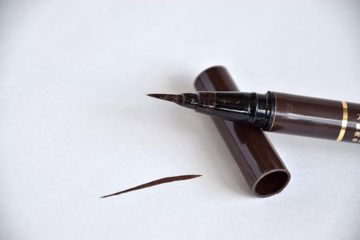 ブラウンマスカラを使用する際はアイライナーもブラウンで統一。両方を同じ色でまとめるほうが、チグハグ感のないより洗練されたメイクに仕上がります。