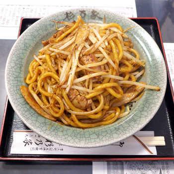 約50年前から、浪江町で親しまれている「なみえ焼きそば」。通常のおよそ3倍もある極太の麺とうまみたっぷり濃厚ソース、豚肉とモヤシだけのシンプルな具が特徴です。