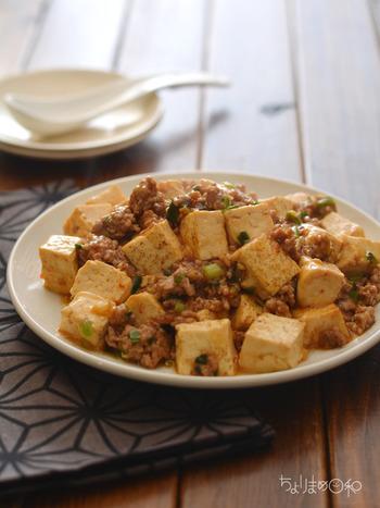 素が無くても手軽に作れる麻婆豆腐。焼き豆腐をを使うことで、味が染み込みやすく、荷崩れも防ぐんだそうです。辛さのポイント豆板醤は、香味野菜と肉を一緒に炒める時に入れると辛味が増し、最後の方で炒めると優しい辛味に…。 辛さの調節は、ご家庭でお好みをお楽しみ下さい!