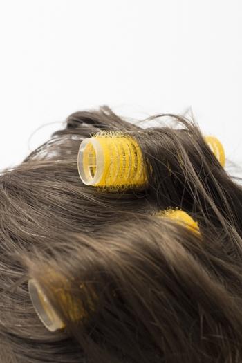100円ショップでも購入できる「マジックカーラー」は、手軽に巻き髪を楽しめるアイテム。髪をくるくると巻き込んでセットすればあとは手が空くので、メイクなど他のことができるメリットも◎そのまま放置でもOKですが、ドライヤーの温風→冷風の順で使うと、よりしっかりとしたカールが作れます。
