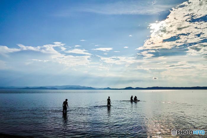 """県の中央にある「猪苗代湖」は、日本で3番目に大きな湖です。遊覧船や湖畔の散策は定番ですが、猪苗代湖ならではの夏の楽しみ方が、海水浴ならぬ""""湖畔浴""""。特に国道49号線の「長浜」は、遠浅で波も穏やかなので人気スポットです。"""