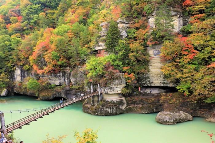 """会津鉄道会津線の塔のへつり駅から歩いて10分ほどのところにある「塔のへつり」は、南会津東部を流れる大川にある渓谷。へつりは、会津地方の方言で""""危険な崖""""という意味。100万年の歳月をかけて浸食と風化を繰り返した岩は、見事です。"""