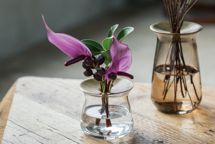 花瓶の中でもガラスの素材は水を通してきらめく光の陰が美しいのもまた魅力。お花全体のシルエットが見られるのもガラスの花瓶の良いポイントです。そんなガラスで作られた、上品な佇まいが美しい花瓶をご紹介します。