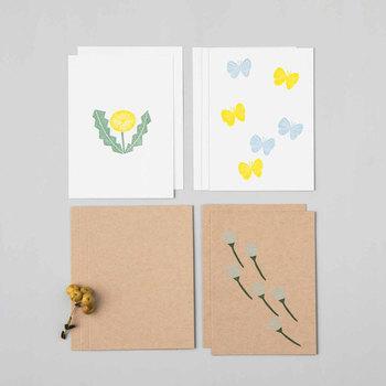 素朴なプリントがかわいらしいメッセージカード。実は手作りの消しゴムハンコを押したものです。キットには消しゴムのほかに、布にも使えるインクパッド、封筒や手ぬぐい*といったアイテムが揃っていて、彫って作ったハンコを使ったオリジナルアイテムまで作れます。色々なハンコを揃えて、自由に組み合わせてアレンジを楽しめそうですね。 (目安時間:1セット約1時間) *お届けするキットによって内容が異なります