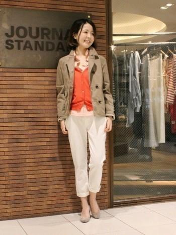 シャツ×チノパンのベーシックスタイルも、オレンジのカーディガンをアクセントにすることで華やかな印象に。ショート丈のトレンチコートと、白パンツ×パンプスの組合せも上品な雰囲気で素敵ですね。