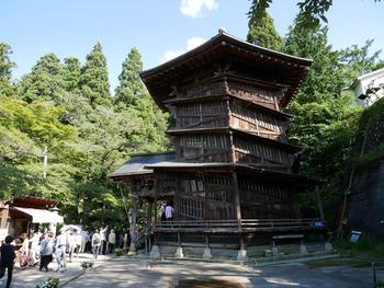 会津若松市にある「さざえ堂」は、その独特の構造が世界で唯一と言われる仏堂です。貝のさざえに形が似ていることから通称でそう呼ばれていますが、正式には「円通三匝堂(えんつうさんそうどう)」という名称で、江戸時代後期1796年(寛政8年)に建てられました。