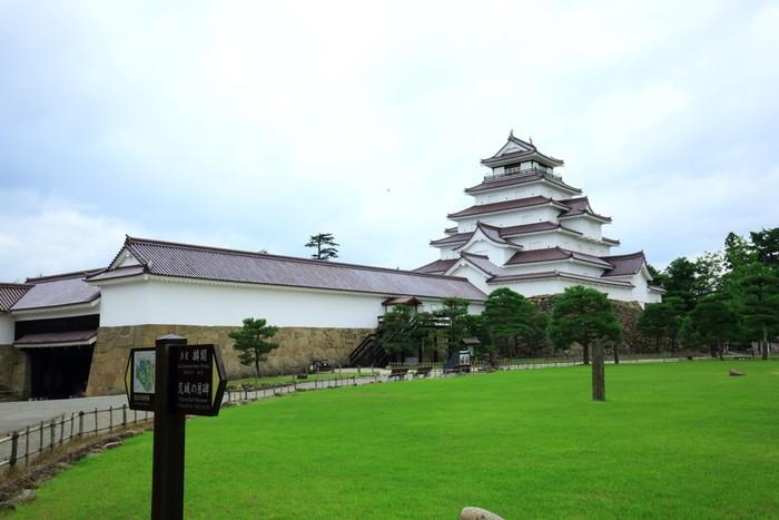 会津若松市にある「鶴ヶ城」は、1384年(至徳元年)に建築された東黒川館が始まりとされています。七層の天守閣が造られたのは1593年(文禄2年)のこと。その後、明治初期に取り壊されてしまいましたが1965年(昭和40年)に再築し、2011年(平成23年)には、取り壊される直前の赤い瓦をまとった姿で復元されました。赤瓦の天守閣は日本で唯一なので、ぜひ足を運んでみませんか?