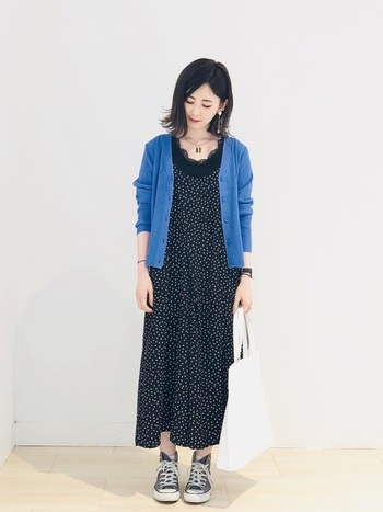 こちらは上品なドット柄のサロペットに、鮮やかなブルーのカーディガンを組み合わせたきれいめカジュアル。全体的にゆったりとした女性らしいシルエットと、ブルー×黒のシンプルな配色がおしゃれな雰囲気です。