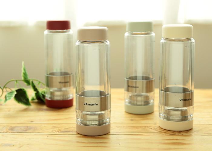 """「Vitantonio(ビタントニオ)」から発売されている""""ツイスティー""""は、タンブラーの中でお茶が淹れられるアイデア製品。本体をひねることで、茶葉とお茶がセパレートし、好みの濃さを保つことができます。お湯が用意できるオフィスやアウトドアでの使用がおすすめです。"""