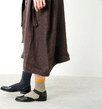 左右でデザインが違うこちらのソックスは、「hansel from basel(ハンセル フロム バーゼル)」もの。シンプルなハーフ丈のパンツやスカートと相性◎で、履くだけでおしゃれ上級者に♪