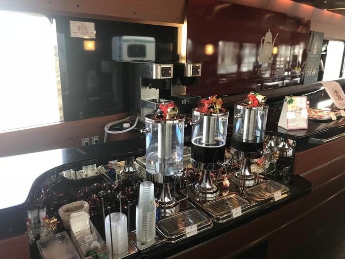 ホットコーヒーなどのドリンク類もいただけて、優雅な列車旅を満喫できますよ。運行日や予約などは、公式ホームページをチェックしてくださいね。