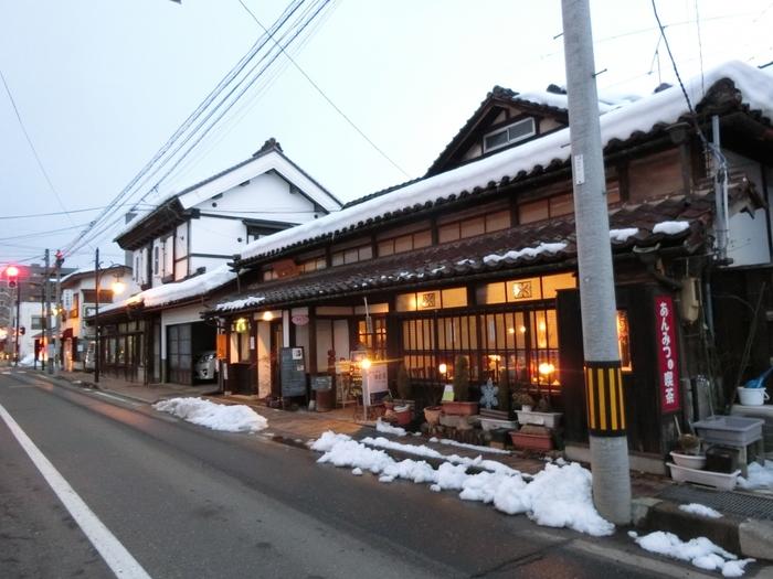 レトロ好きな女性に人気なのが、会津若松の「七日町通り」です。JR七日町駅前から約700m続く通りで、かつては宿や料亭、商家、酒蔵などが立ち並んでいました。現在はその面影を残しながらも、新しいお店が続々とオープンし注目されています。