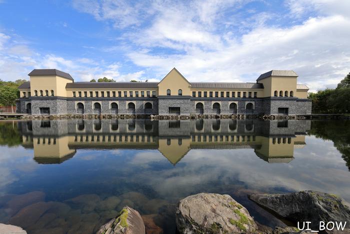 """冒頭でご紹介した五色沼の近くにある「諸橋近代美術館」は、アジアで唯一のサルバドール・ダリの作品を常設展示している美術館です。""""中世の馬小屋""""をコンセプトにした建物は、ヨーロッパを思わせる気品ある雰囲気。写真映えするスポットとしても人気があります。"""