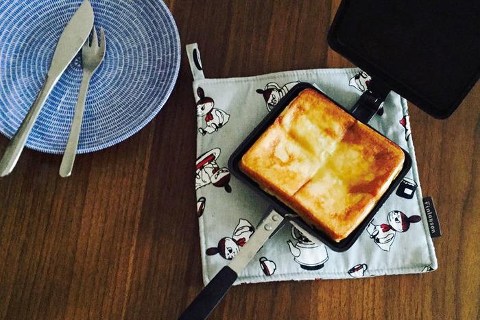 気軽なピクニックに、手の込んだランチはそぐわない。ぱぱっと簡単に作れて、楽しい気分のまま出かけられるのがいいんです。家庭に必須の調理器具ではないけれど、こんなときホットサンドパンがあると、それはそれは便利。栄養たっぷりな朝ごはんも簡単にできちゃうし...これはもう、前言撤回で、やっぱり、一家に1台あっていいんじゃないでしょうか?
