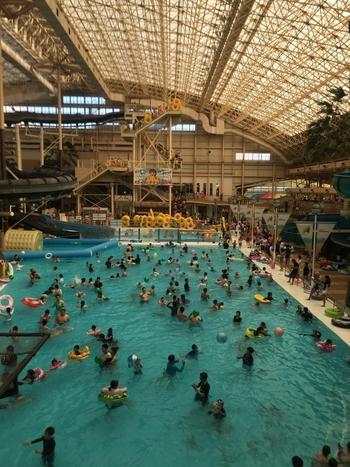 いわき市にある「スパリゾートハワイアンズ」は、1年中常夏を楽しめる温泉テーマパーク。ウォータースライダーや流れるプールなど、1日では遊び足りないほど満喫できますよ。乳幼児のお子さんが入れるプールもあるので、初めての子連れ旅行にも良さそう。