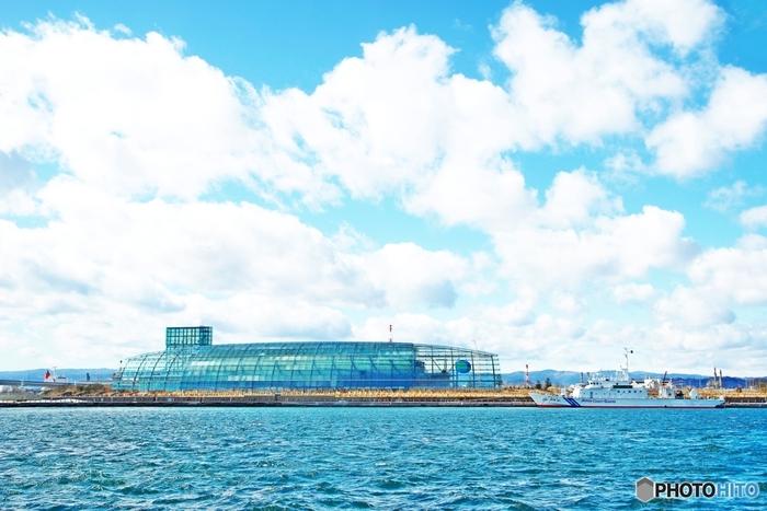 いわき市小名浜にある「アクアマリンふくしま」は、東北最大級の水族館。ガラス張りの外観は、航海の安全を守る守護石としての意味を持つ宝石のアクアマリンがモチーフ。小名浜港に出入りする船の安全を守るシンボルとしての意味が込められているそうです。