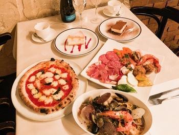中でも薪釜で一気に焼き上げるピッツァは人気のメニュー。豊富なワインや自家製デザートも揃っています。地元の常連さんも多く通う人気店です。