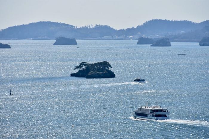 日本三景のひとつ「松島」は、松尾芭蕉が「奥の細道」の冒頭で描いたことでも知られています。東日本大震災の被害が奇跡的に少なかったこともあり、今も260余りの島々が美しい姿を見せてくれます。