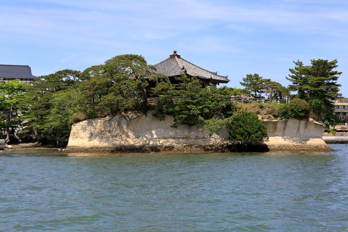 松島の小島にある「瑞巌寺五大堂」は、1604年(慶長9年)に伊達政宗が造営した東北地方最古の桃山建築のお堂です。松島のシンボルにもなっていて、遊覧船からも見ることができます。