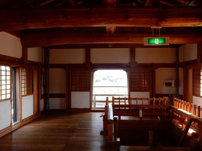三階櫓(天守閣)には登ることもできます。広さは約30畳ほどあり、普段は城主が住まいとしていたものではなく、武器等の保管場所になっていたそうです。復元の際、この天守閣は昔ながらの工法を用いて補強金具は不使用。柱には吉野檜、化粧材は青森ヒバ、山陰地方の松丸太、赤杉とすべて国産材で、耐用年数はおよそ250年を想定しているそう。当時の技術を今に活かした構造にも注目です。