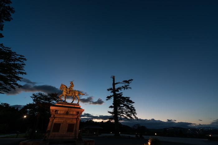 仙台のビュースポットとしても人気がある天守台。ここに立つ伊達政宗の騎馬像は絵葉書にもなっていて、仙台を代表する風景のひとつ。夜景も美しく、デートにもおすすめです。