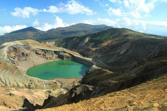 蔵王のシンボル的存在の「御釜(おかま)」は、蔵王五色岳にある火山湖。噴火口に溜まった水にはさまざまな鉱物が溶け込んでいて、季節や時間帯、天候や気温などによって、湖面が深いブルーやエメラルドグリーンなどに変化します。