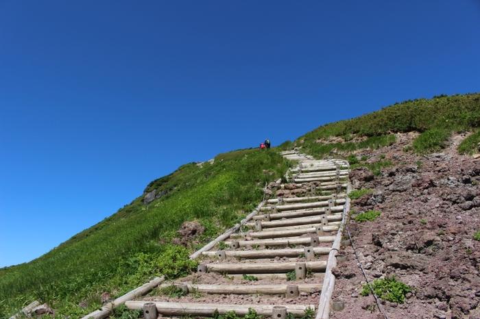 栗駒山には、登山初心者から上級者まで楽しめる9つの登山道があります。散策感覚で登れるルートもあり、登山道も整備されているので歩きやすいですよ。