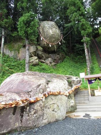 """石巻市にある「釣石神社」を訪れると、社殿に向かう階段の脇にある大きな岩「釣石」が目に留まります。1978年(昭和53年)の宮城県沖地震にも耐えたことから""""落ちそうで落ちない受験の神さま""""として人気が上がり、さらに、東日本大震災にも耐えたことからますます注目され、全国から合格祈願のお詣りに訪れる人々が後を絶ちません。"""