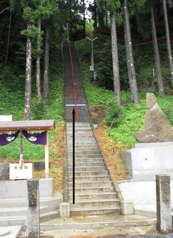 """釣石にお詣りしたら、174段の階段を上って社殿にも参拝しましょう。まっすぐな石段は急ですが、""""落ちそうで落ちないご利益""""を授かれば、転ばずに登れるような気がしませんか?"""