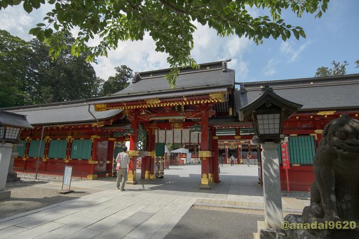 """奈良時代より前に創建されたとされている社殿は、立派な唐門を入った正面にあります。左宮は武甕槌神(たけみかづちのかみ)、右宮には経津主神(ふつぬしのかみ)が祀られています。地元の方からは""""しおがまさま""""と呼ばれ、古くから親しまれています。"""
