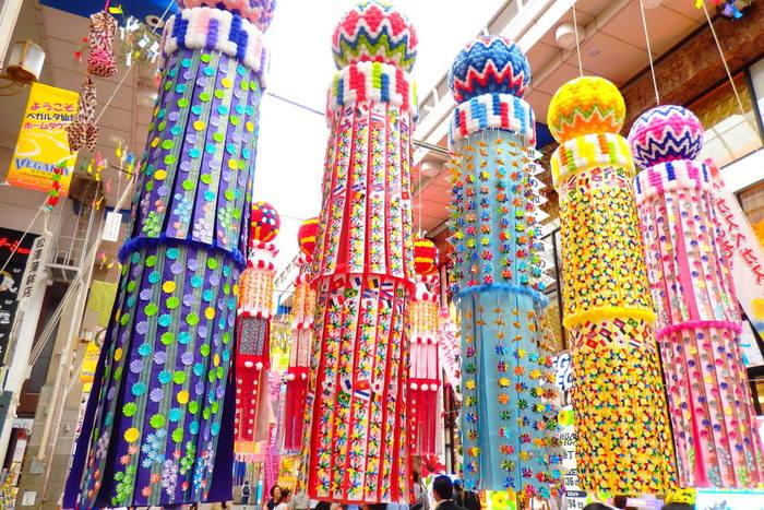 毎年200万人を超える観光客が訪れる「仙台七夕まつり」。その歴史は古く、伊達政宗公の時代から続く伝統行事なんですよ。七夕は旧暦7月7日の行事として全国各地に広まっていますが、「仙台七夕まつり」では新暦に1ヵ月を足した暦である中暦を用い、現在の8月6日から8日に開催されています。