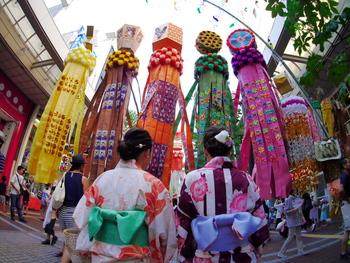 """飾りの中にある""""七つ飾り""""もぜひ探してみましょう。商売繁盛や無病息災など、さまざまな願いを込めて作られ、「短冊」「紙衣」「折鶴」「巾着」「投網」「屑篭」「吹流し」の7種類ありますよ。"""