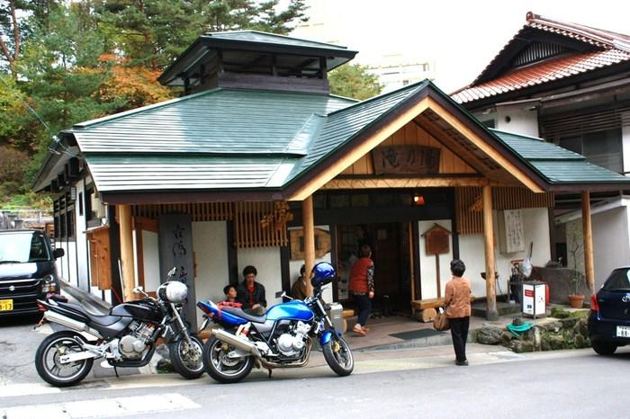 1,000年以上の歴史をもつ「鳴子温泉郷」は、400本近くの多彩な源泉があり、日本にある11の泉質のうち9種類がここに集まっているそう。共同浴場の「滝の湯」は、大人が150円で入浴できるので、ぜひ旅の途中に立ち寄ってみませんか?