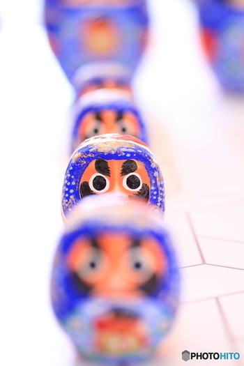だるまと言えば赤のイメージですが、宮城の「松川だるま」は群青色なんです。大空や海を表現した爽やかなブルーと、宝船に描かれた米俵や大黒様など縁起の良いものが盛り込まれ、はじめから片方の目が黒く塗られているのも特徴。
