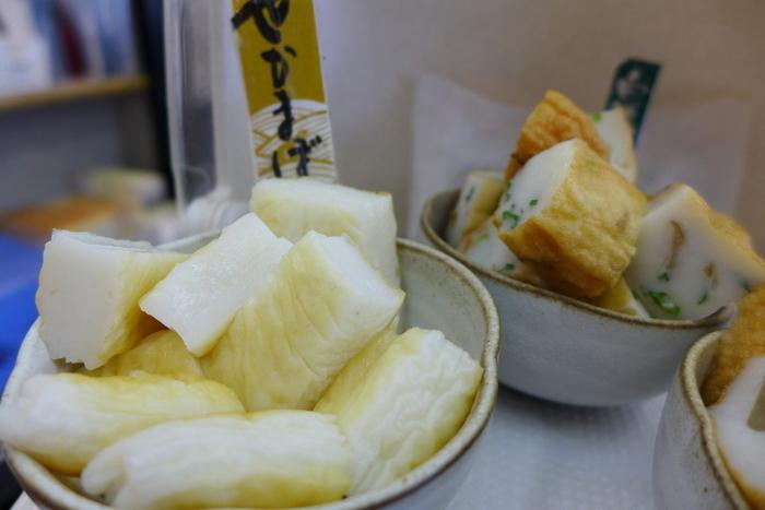 宮城を代表する名産品「笹かまぼこ」。ぷりぷりした食感は、おやつにもおつまみにも喜ばれるお土産ではないでしょうか?宮城県内では、お土産物店や駅ビルなどあちこちで販売されていますが、おすすめは石巻に本店を構える「白謙(しらけん)」です。