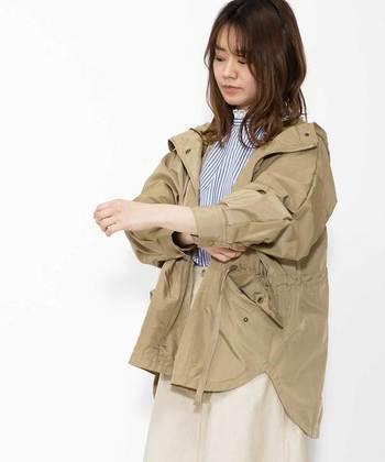 ストライプのクラシックなシャツに、マウンテンパーカーを羽織って。腕まくりをするだけで、コーデにメリハリを出すことができます。