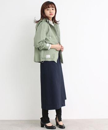 くすみグリーンのマウンテンパーカー。旬な色味なので、着るだけで旬顔コーデが完成しますね♪薄い色はもちろん、濃い色味との相性もいいので大人っぽい着こなしも楽しめる1枚。