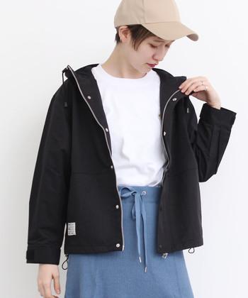 水色の爽やかなスカートに、更に爽やかな白Tシャツを合わせて。可愛らしさをちょっと引き算するために黒いマウンテンパーカーでかっちり感を添えましょう。