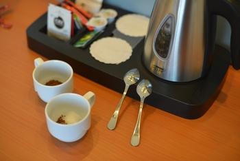 カップにインスタントコーヒーを適量入れた後、少量の水で溶かすと、グンと風味が高まる場合もあります。  製品によっては、お湯でいきなり溶かすと、その成分が原因で完全に溶け切らず粉っぽくなることもあるんだとか。  水でしっかり溶かした後にお湯を注ぐと、驚くほど味わいに差が出るかもしれません、ぜひ一度お試しを。