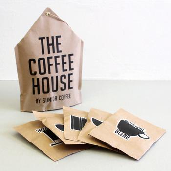 もうひとつのおすすめは、コーヒー専門店すみだ珈琲のコーヒーバッグセット「THE COFFEE HOUSE(ザコーヒーハウス)」。  「カップに入れてお湯を注ぐだけ」…というスタイルはインスタントコーヒーそのままなのに、なんとこちらはコーヒー豆がティーバッグ状になった「コーヒーバッグ」。