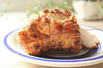 どうしても肉の上部が煮汁に浸りませんので、圧が抜けてふたを開けたら、肉をひっくり返して煮詰めます。あとは、保存袋などで入れておくと、まんべんなく味がしみわたります。